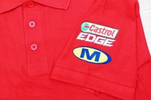 Logo wykonane na koszulce polo na rekawku.