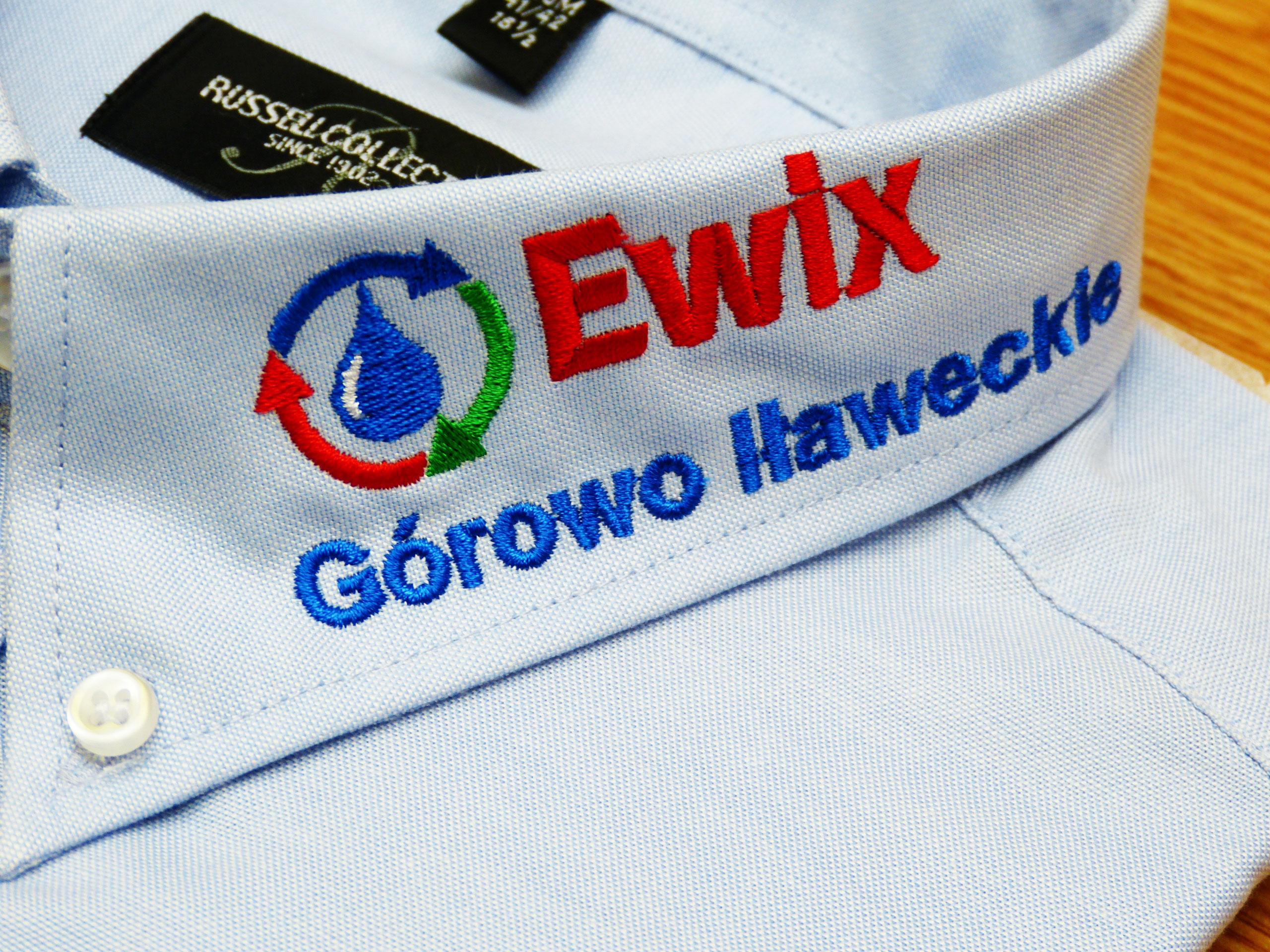 Wykonanie haftu komputerowego na koszuli firmowej.
