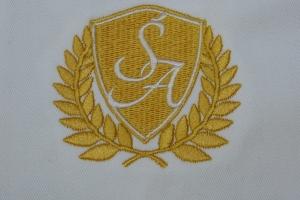 Haft komputerowy logotypu na bluzie kucharskiej.