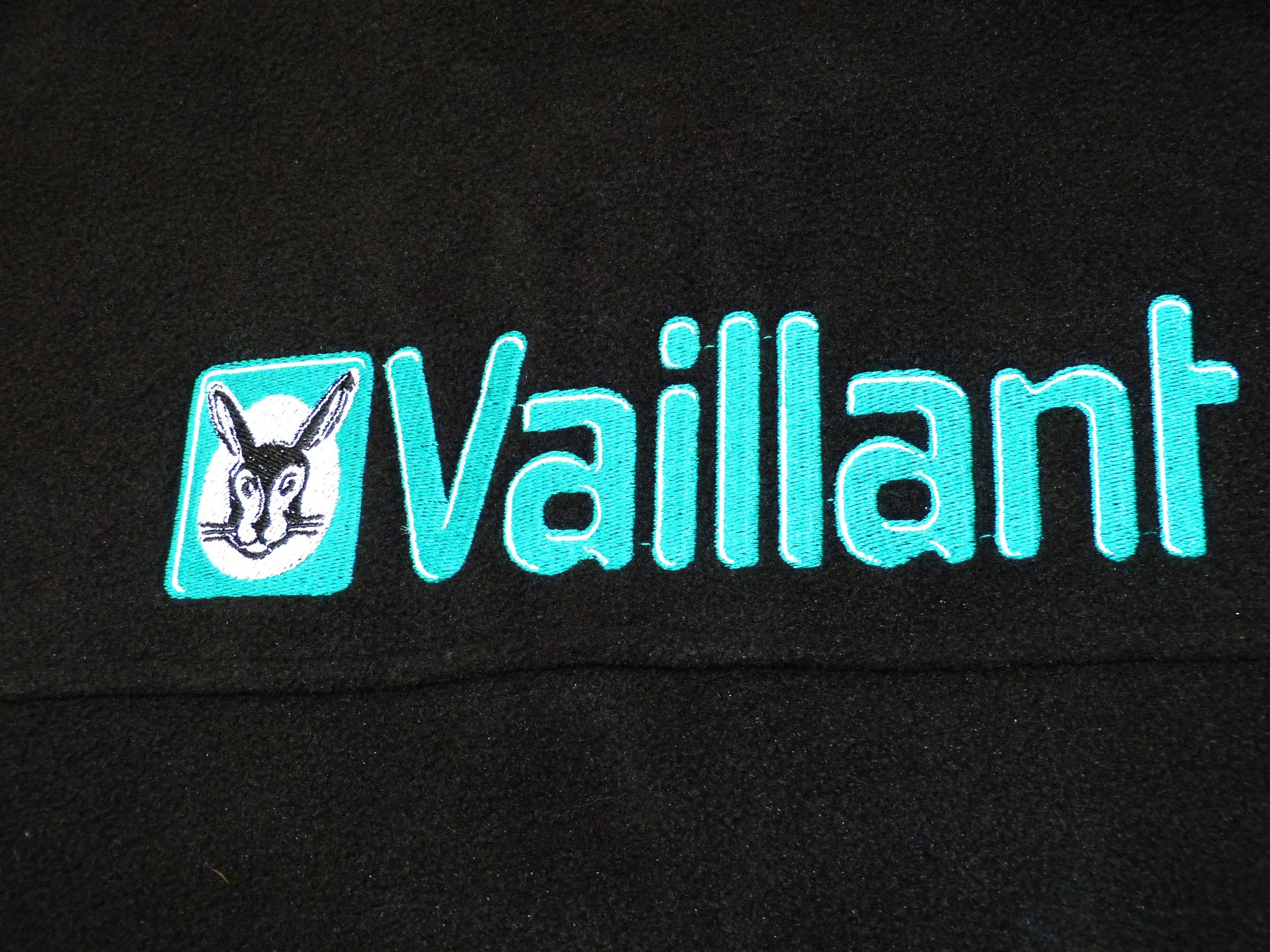Logo na plecach bluzy z polaru wykonane haftem komputerowym.