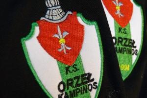 Wykonanie herbu drużyny piłkarskiej metodą haftu komputerowego na koszulce polo.