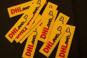 Naszywki na podkładzie poliestrowym dla DHL.